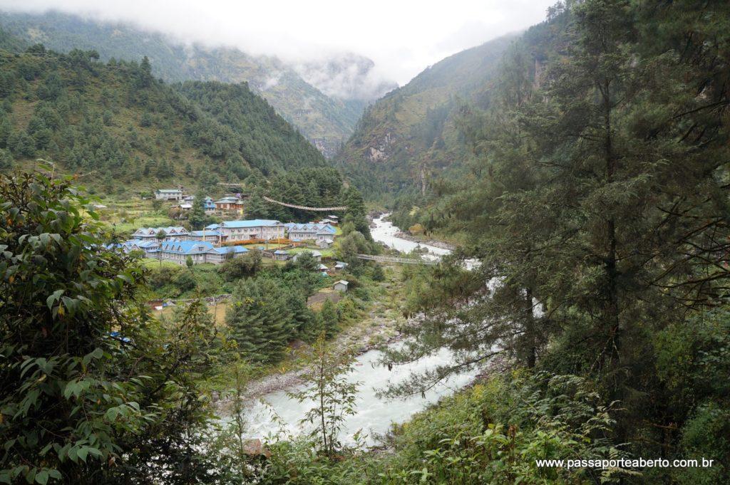 Região de Phakding, repleta de rios, pontes e uma vegetação exuberante