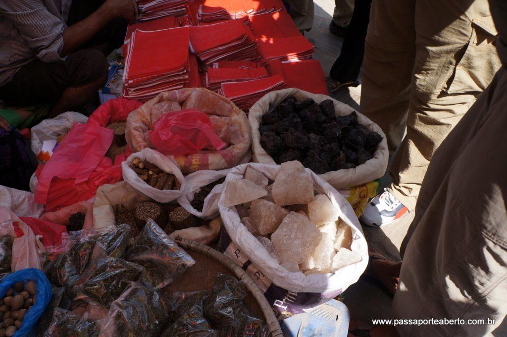 Sal rosa e negro do himalaia sendo vendido em pedras!
