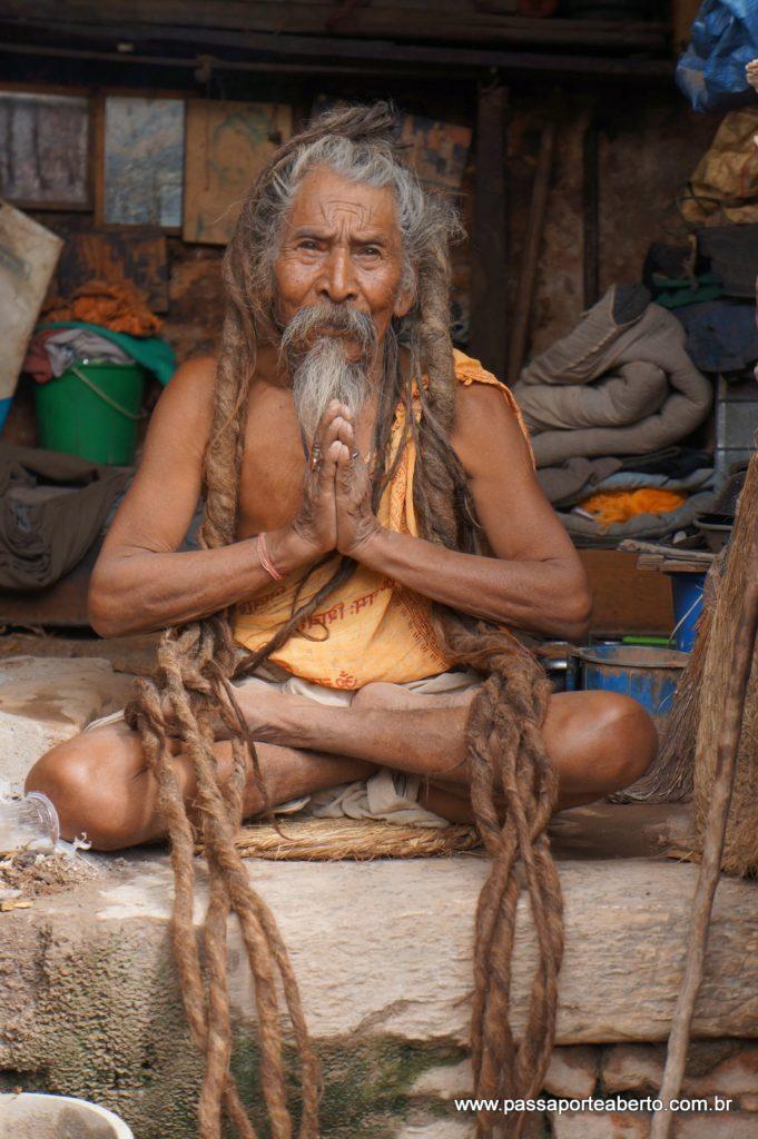 Este senhor é um Sadhu de 87 anos que se dedica à meditação e yoga em Pashupatinath.