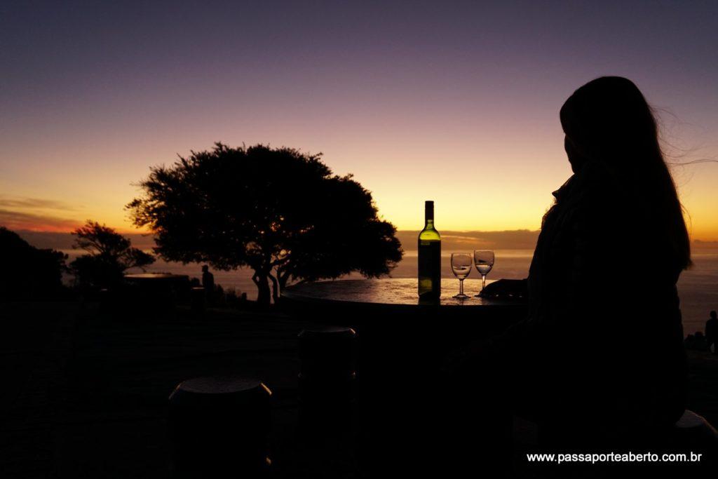 Pôr do sol no mar acompanhado de vinho sul-africano: a combinação perfeita!