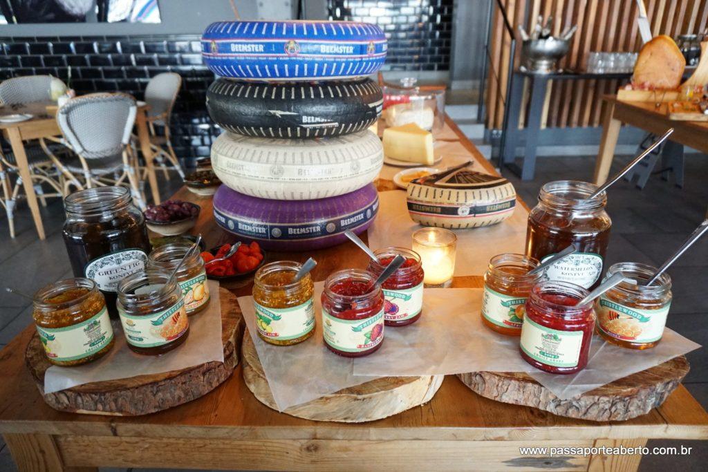 Café da Manhã tinha várias mesas com queijos, pães, geléias e um strudel de maçã maravilhoso! Além disso , todas as opções à la carte!