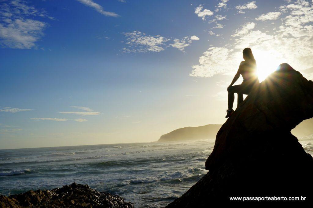 A paisagem com pedras e mar é sensacional!