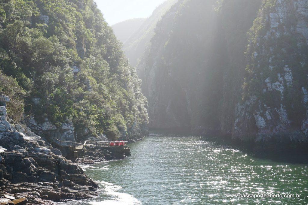 Rio que desemboca no mar ali! Tours de caiaque estão disponíveis no parque!
