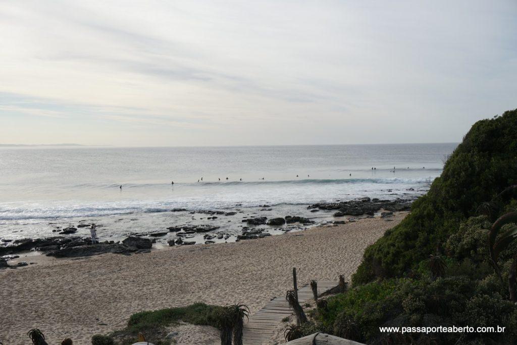 Surfistas na água em supertubes que não estava tão super assim!