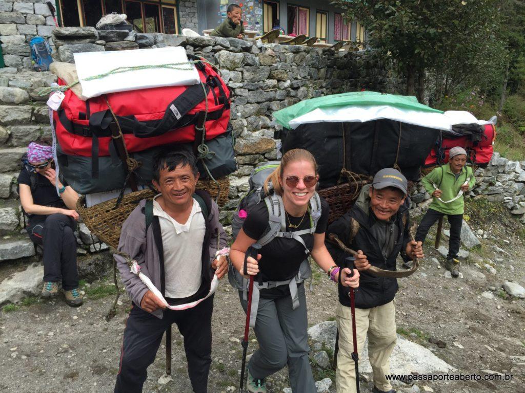 Com nossos simpáticos carregadores no Trekking até o Campo Base do Everest!