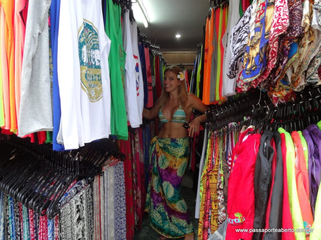 Falando em lojinhas, prepare-se pra pechinchar muito e comprar cangas, roupas e souvenirs a preço de banana! Uma canga custou em média USD 4,00!