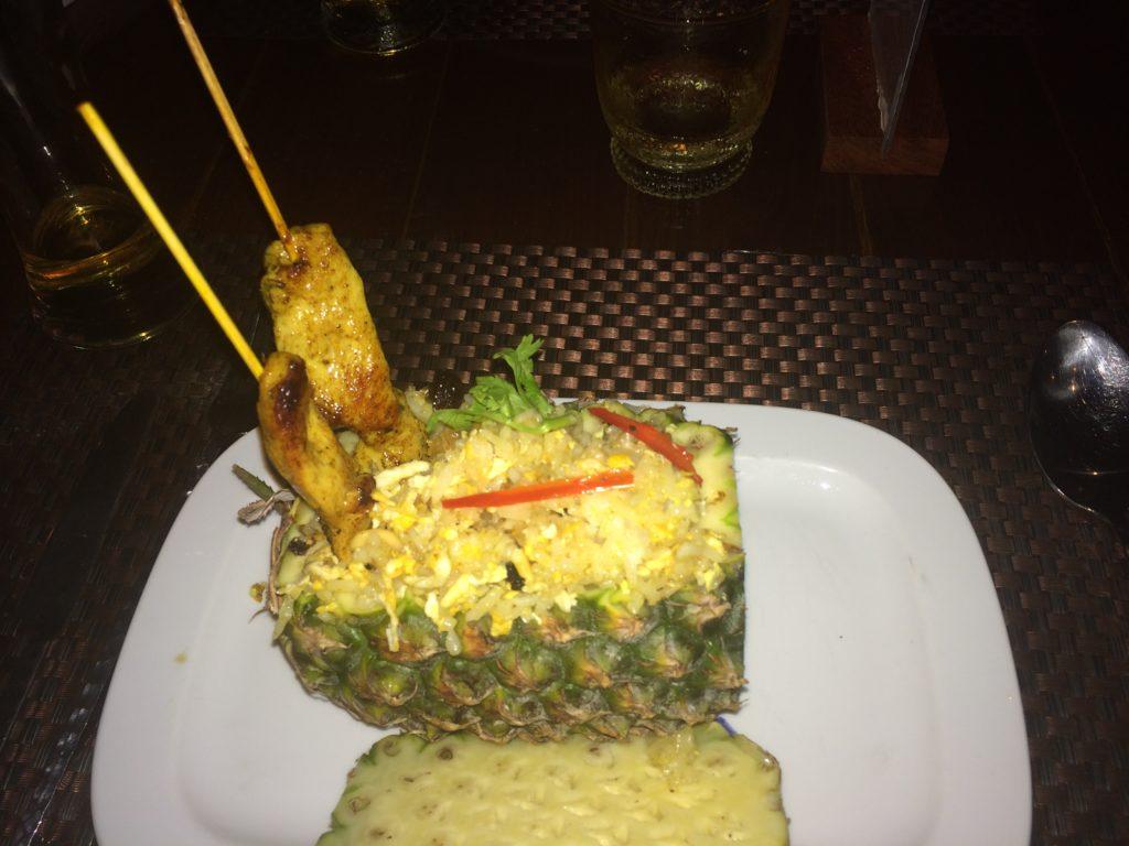 Este prato de comida Tailandesa que cmemos não custou mais do que USD 8,00. Nos EUA você pagaria pelo menos o dobro mais gorjeta!